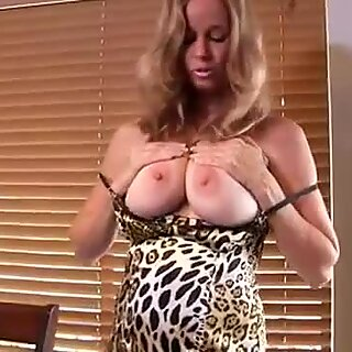 Bigtit cougar cums on her vibe